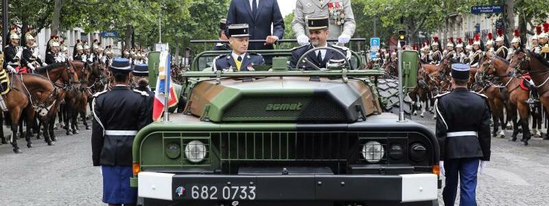 Macron im Kommandowagen - Foto: Ludovic Marin/POOL AFP