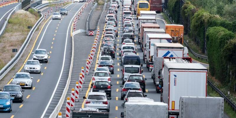 Autobahnstau im Baustellenbereich - Foto: Peter Steffen/Archiv