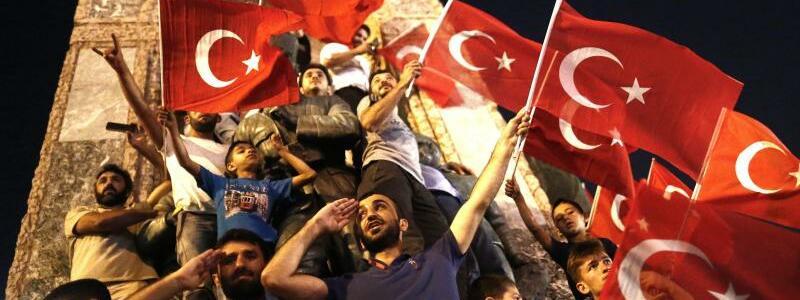 s - Foto: Erdogan-Anhänger protestieren einen Tag nach dem Putschversuch in Istanbul. Foto:Sedat Suna
