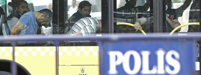 Festgenommene Soldaten - Foto: Festgenommene Soldaten werden nach dem Putschversuch zu einem Istanbuler Gericht gebracht. Foto:Sedat Suna