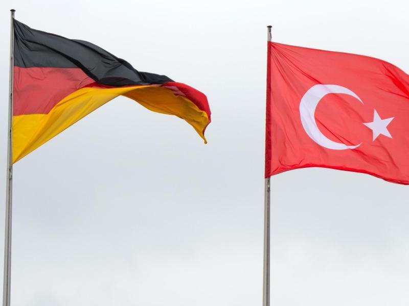 Türkische und deutsche Fahnen - Foto: Bernd von Jutrczenka