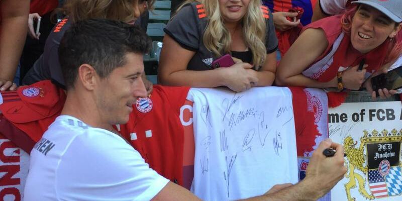 Torjäger - Foto: Robert Lewandowski gibt nach dem Training des FC Bayern im Stadion von LA Galaxy Autogramme. Foto:Klaus Bergmann