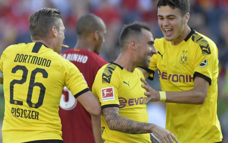 Achtungserfolg - Foto: Lukasz Piszczek (l) und Giovanni Reyna (r) gratulieren Torschütze Paco Alcacer. Der BVB besiegte den FC Liverpool mit 3:2. foto: Tim Vizer