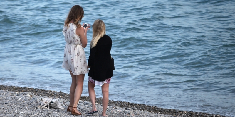 Zwei junge Frauen am Strand - Foto: über dts Nachrichtenagentur