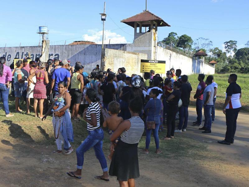 Angehörige vor brasilianischem Gefängnis - Foto: Wilson Soares/Panamazonica/AP