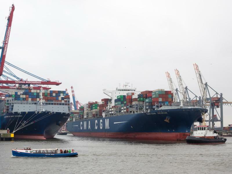 Containerschiffe in Hamburg - Foto: Christian Charisius