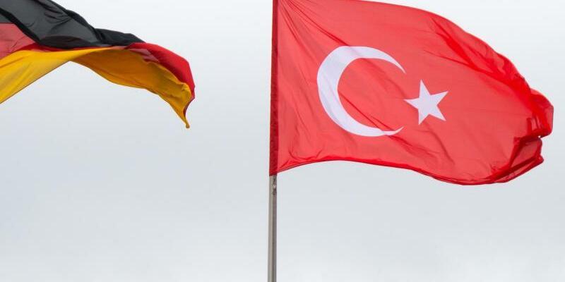 Türkische und deutsche Fahne - Foto: Bernd von Jutrczenka