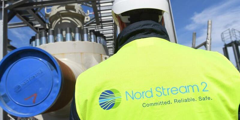 Nord Stream 2 - Foto: Ein Arbeiter geht auf einer Baustelle für die Ostseepipeline Nord Stream 2 an der Empfangsstation vorbei. Durch die Pipeline soll zum Jahresende das erste russische Erdgas strömen. Foto:Stefan Sauer