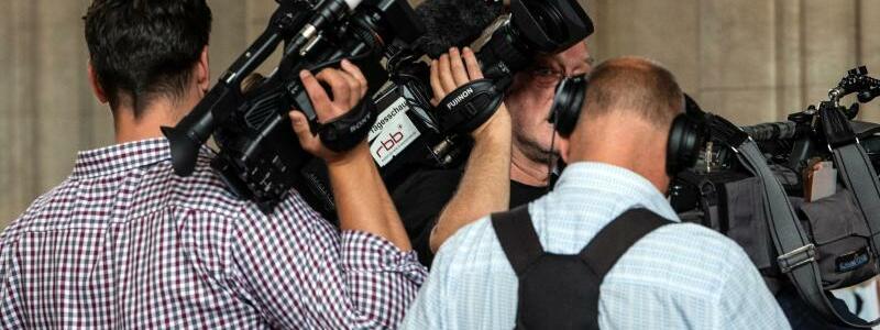 Wartende Journalisten - Foto: Paul Zinken