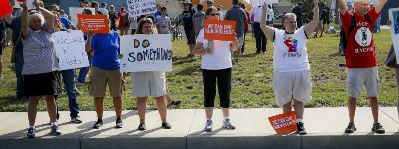 Protest gegen Trumps Besuch - Foto: John Minchillo/AP