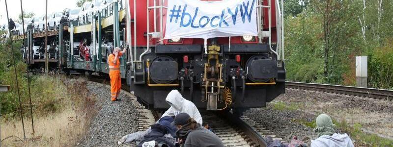 Aktivisten stoppen Autozug in Wolfsburg - Foto: Bodo Marks