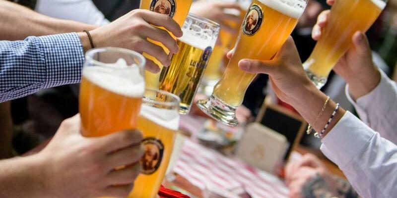 Biergarten - Foto: Die Gäste sind zahlreich vorhanden, aber Mitarbeiter in der Gastronomie sind schwer zu finden. Eine Männergruppe stößt im Biergarten eines Wirtshauses an der Isar mit ihren Weißbiergläsern an. Foto: