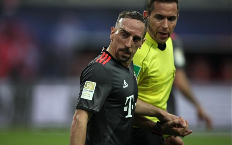 Franck Ribéry (FC Bayern) und Tobias Stieler - Foto: über dts Nachrichtenagentur