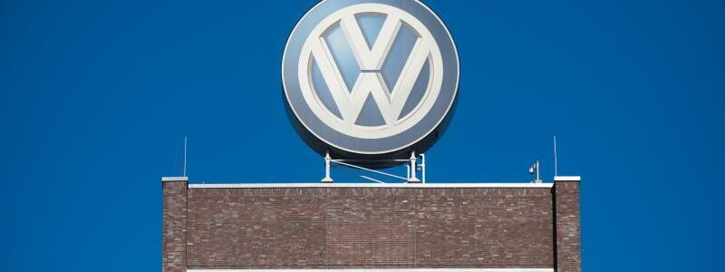 VW - Foto: Ein großes VW-Logo. Foto:Julian Stratenschulte/Archivbild