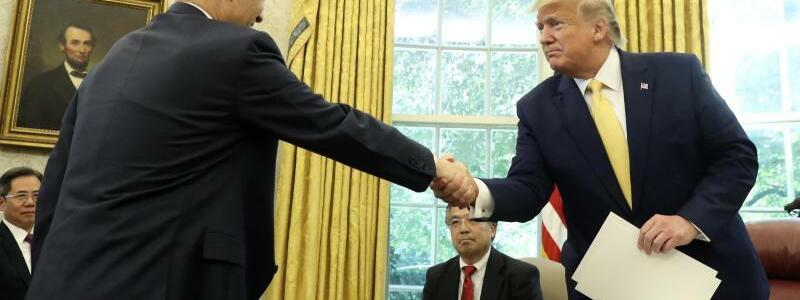 Handschlag - Foto: Andrew Harnik/AP/dpa