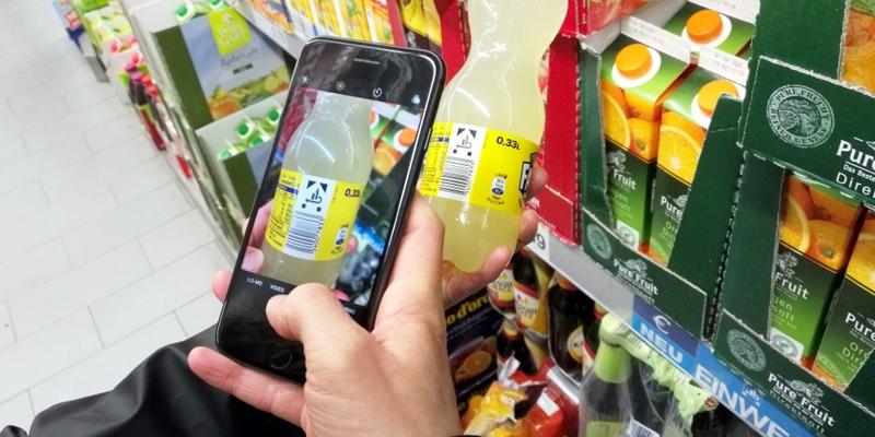 Kunde mit Smartphone im Supermarkt - Foto: über dts Nachrichtenagentur