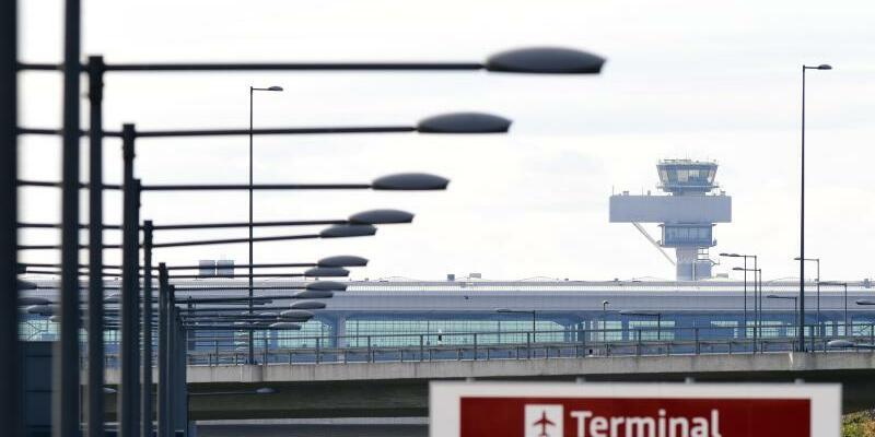 Terminal und Tower des Hauptstadtflughafen - Foto: Soeren Stache/dpa-Zentralbild/ZB