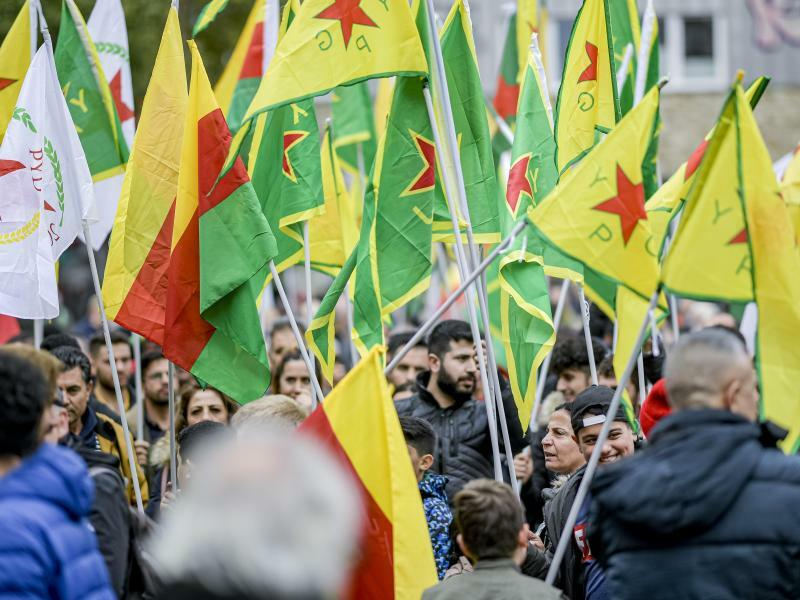 Kurden-Demo in Hamburg - Foto: Axel Heimken/dpa