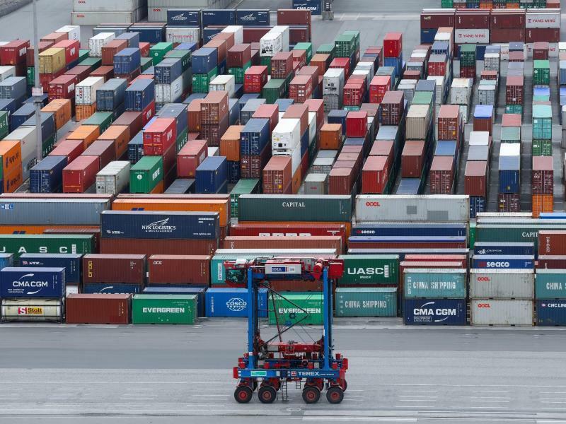 Containerumschlag in Hamburg - Foto: Christian Charisius/dpa