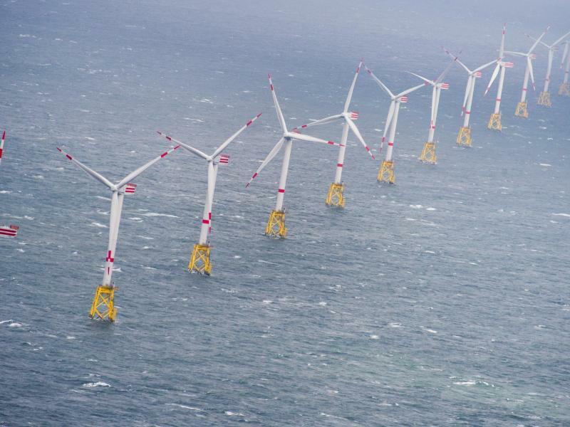 Windkraftanlagen im Offshore Windpark «Nordsee-Ost» - Foto: Daniel Reinhardt/dpa