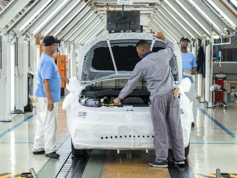 Volkswagen Südafrika - Foto: Mitarbeiter des Fahrzeugherstellers VW montieren im Werk Uitenhage in Südafrika einen Pkw. Der Konzern plant gemeinsam mit anderen Unternehmen über «Leuchtturm-Projekte» in Ländern wie Ruanda, Ghana, Kenia und anderen eine verzahnte Automobilindustrie für