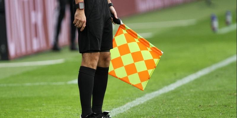 Linienrichter beim Fußball mit Fahne - Foto: über dts Nachrichtenagentur