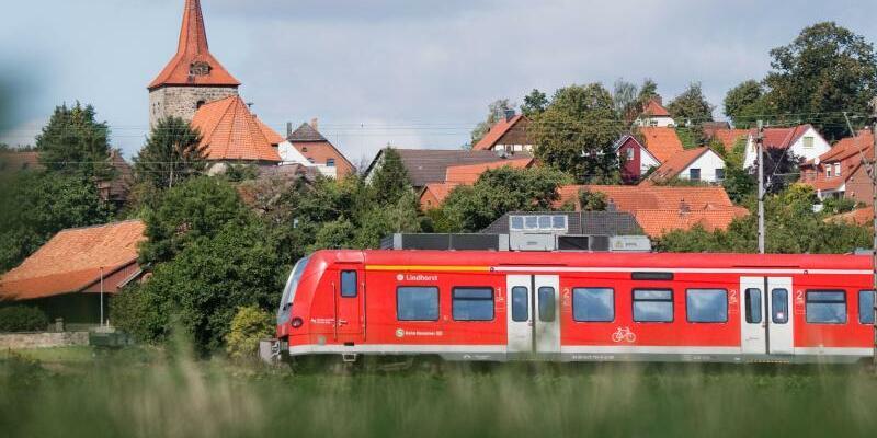 Regionalbahn - Foto: Julian Stratenschulte/dpa