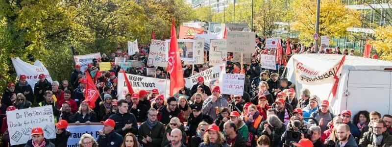 Protestzug - Foto: Matthias Balk/dpa