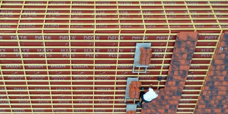 Dachdecker bei der Arbeit - Foto: Patrick Pleul/zb/dpa