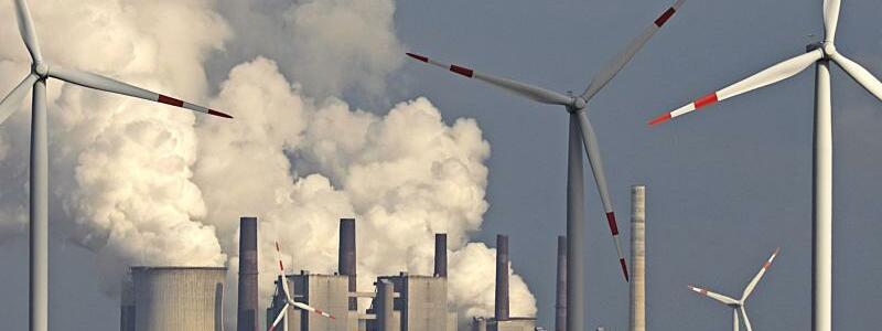 Windräder vor Kohlekraftwerk - Foto: Oliver Berg/dpa