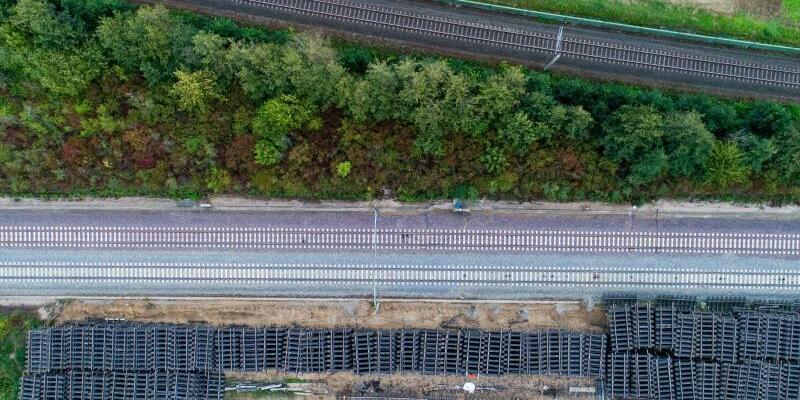 Sanierung ICE-Strecke - Foto: Arbeiter zerlegen mit einem Bagger alte Bahnschienen während der Sanierung der ICE-Trasse Hannover-Göttingen bei Sorsum im Landkreis Hildesheim. Für die Sanierung der ICE-Strecke von Hannover bis Göttingen hat die Deutsche Bahn 175 Millionen Euro veransch