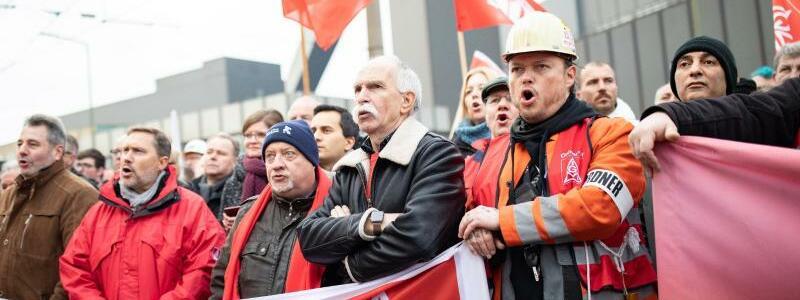 Demonstrierende Stahlarbeiter - Foto: Marcel Kusch/dpa