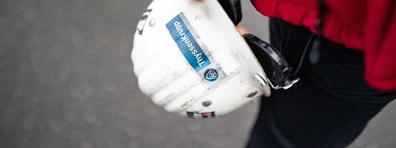 Demonstrant mit Helm - Foto: Marcel Kusch/dpa