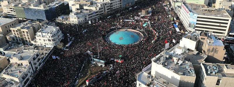 Tausende auf den Straßen - Foto: -/Office of the Iranian Supreme Leader/dpa