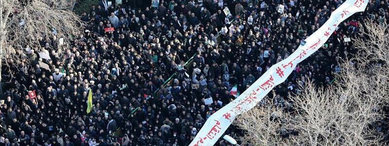 Trauerfeier für Soleimani - Foto: -/Office of the Iranian Supreme Leader/dpa