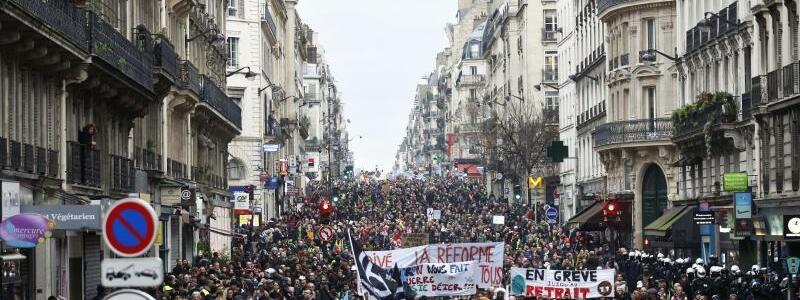 Protest gegen die Rentenreform in Paris. - Foto: Thibault Camus/AP/dpa