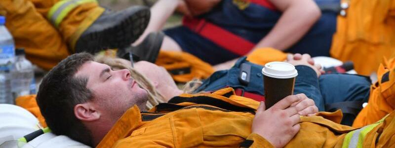 Erschöpfte Feuerwehrleute - Foto: David Mariuz/AAP/dpa