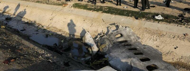 Trümmerteile am Absturzort - Foto: Ebrahim Noroozi/AP/dpa