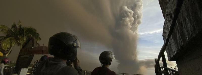 Vulkanausbruch auf den Philippinen - Foto: Aaron Favila/AP/dpa