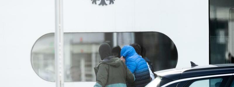 Festgenommene beim BGH - Foto: Silas Stein/dpa