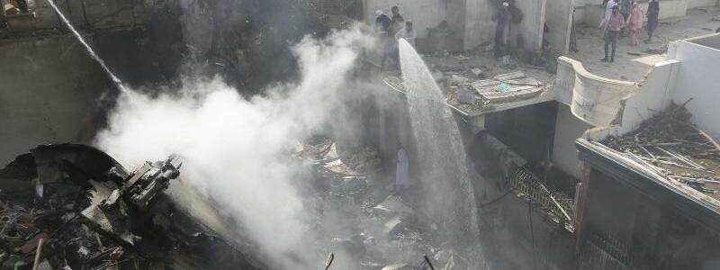 Flugzeugabsturz in Pakistan - Foto: Fareed Khan/AP/dpa