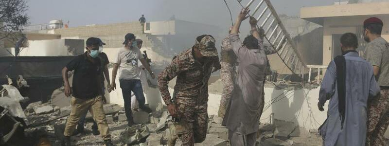 Rettungskräfte - Foto: Fareed Khan/AP/dpa