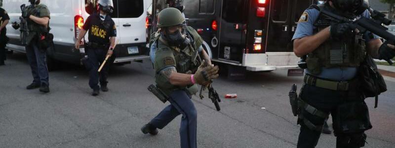 Polizisten - Foto: John Minchillo/AP/dpa