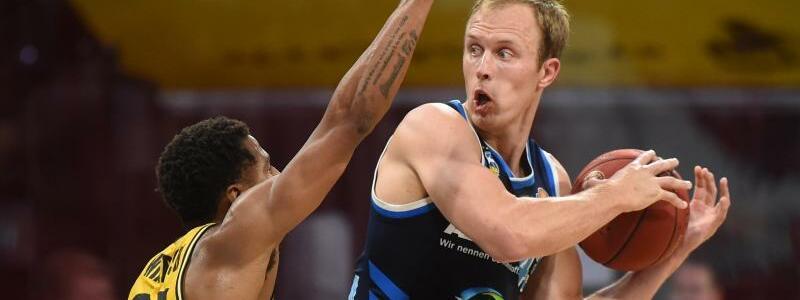 Ball-Verteidigung - Foto: Christof Stache/AFP-Pool/dpa