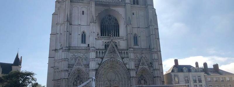 Brand in Kathedrale - Foto: Laetitia Notarianni/AP/dpa