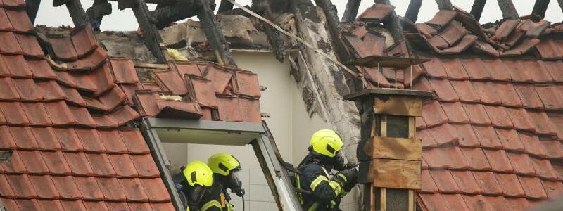 Dachstuhl brennt - Foto: David Young/dpa