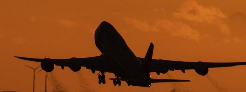 Boeing 747 - Foto: Boris Roessler/dpa