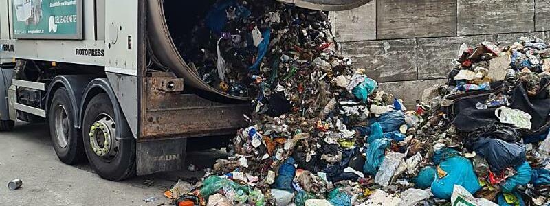Kunststoffkopf im Müll - Foto: Polizei Gelsenkirchen/dpa
