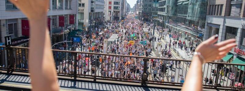 Demonstration gegen Corona-Maßnahmen in Berlin - Foto: Christoph Soeder/dpa