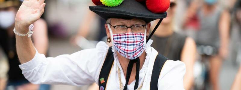 Verkleideter Mann beim CSD in Hamburg - Foto: Daniel Reinhardt/dpa